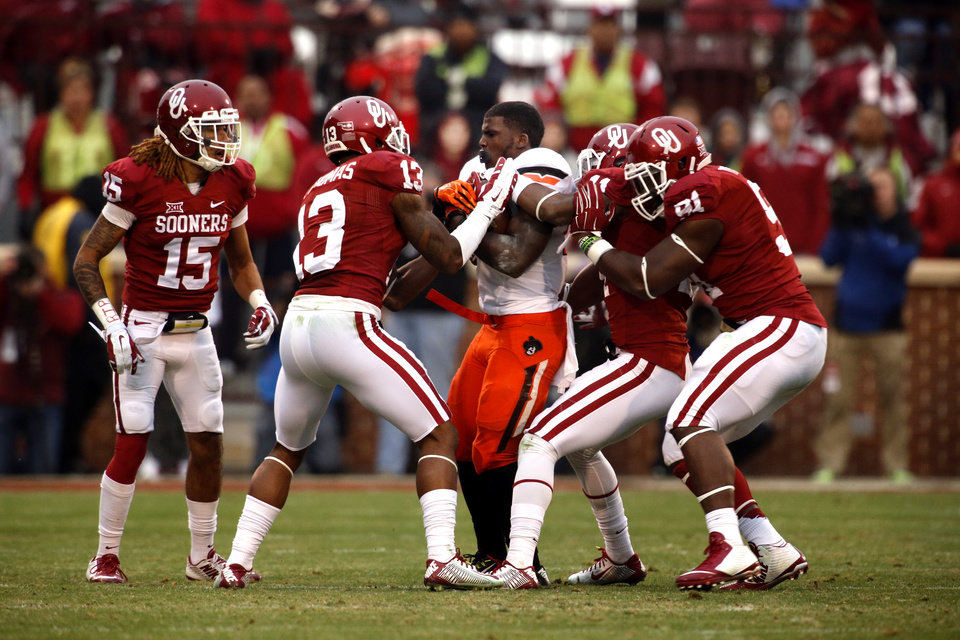 Photo - Cowboy's Tyreek Hill (24) loses his helmet on a pass play during a Bedlam college football game between the University of Oklahoma Sooners (OU) and the Oklahoma State Cowboys (OSU) at Gaylord Family-Oklahoma Memorial Stadium in Norman, Okla., on Saturday, Dec. 6, 2014. Photo by Steve Sisney, The Oklahoman