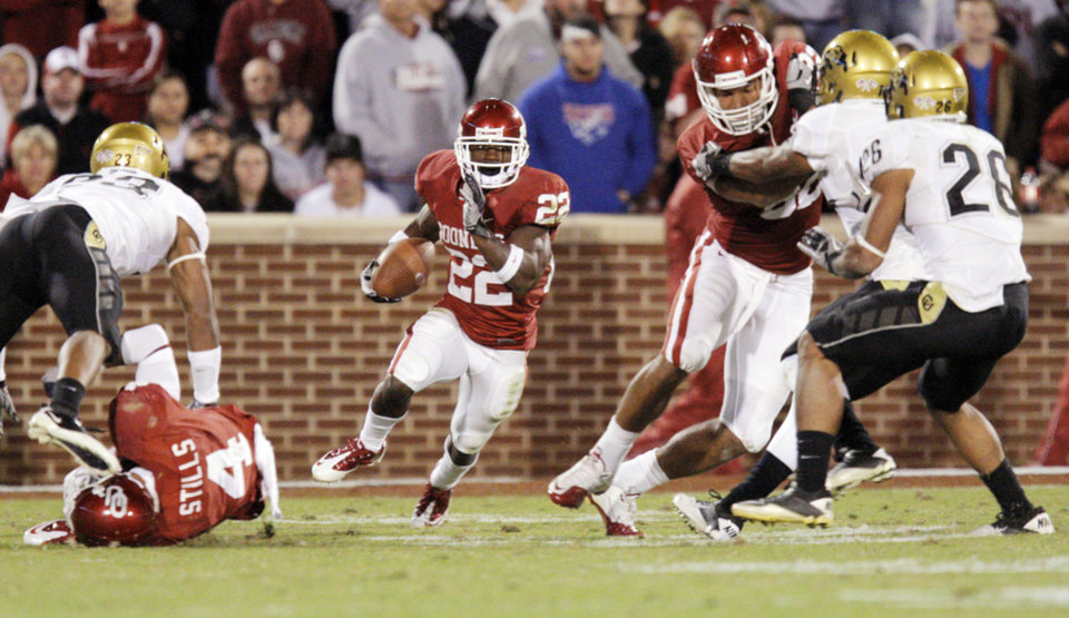 Photo - OU's Roy Finch (22) runs the ball during the college football game between the University of Oklahoma (OU) Sooners and the University of Colorado Buffaloes at Gaylord Family-Oklahoma Memorial Stadium in Norman, Okla., Saturday, October 30, 2010. Photo by Nate Billings, The Oklahoman
