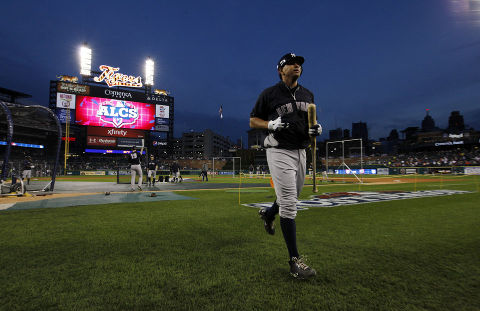 Photo -   New York Yankees' Alex Rodriguez runs back to the dugout following batting practice before Game 4 of the American League championship series against the Detroit Tigers Wednesday, Oct. 17, 2012, in Detroit. (AP Photo/Paul Sancya )