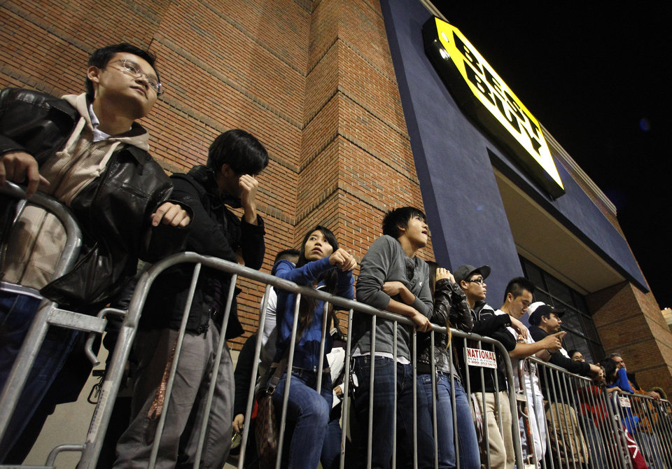 Shoppers stand in line outside a Best Buy department store waiting for the store's opening at midnight for a Black Friday sale Thursday Nov. 22, 2012, in Arlington, Texas. (AP Photo/Tony Gutierrez)