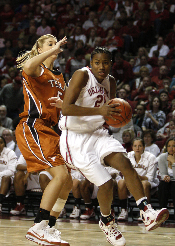 Photo - UNIVERSITY OF OKLAHOMA / OU / WOMEN'S COLLEGE BASKETBALL: Oklahoma forward Amanda Thompson, right, drives past Texas guard Kathleen Nash on the way to the basket in the second half of an NCAA college basketball game on Sunday, Jan. 25, 2009, in Norman, Okla.  Oklahoma won 89-69.  (AP Photo/Alonzo Adams) ORG XMIT: OKAA105