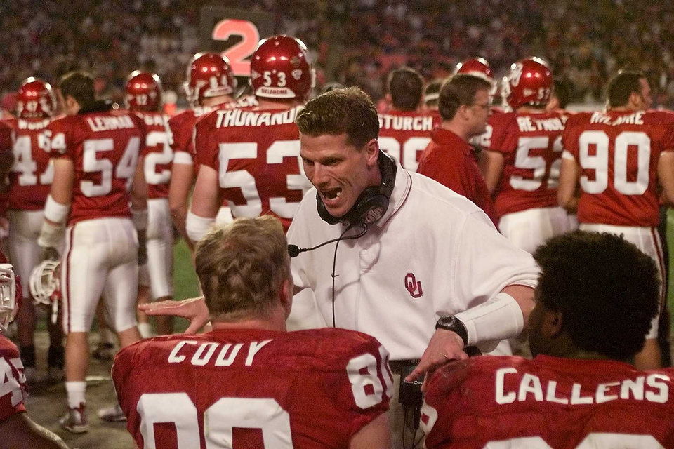 NATIONAL CHAMPIONSHIP, COLLEGE FOOTBALL: OU vs Florida State in the Orange Bowl. OU co-defensive coordinator Brent Venables talks with Dan Cody and Corey Callens.  Staff photo by Doug Hoke.