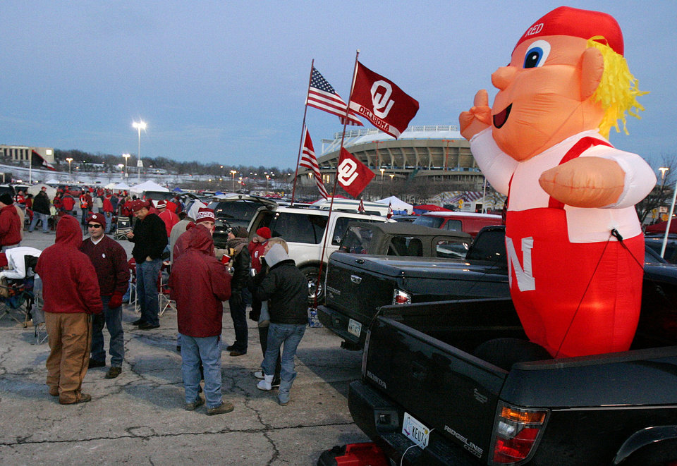 Photo - TAILGATE: Sooner and Husker fans brave the cold while tailgating outside the stadium before the Big 12 Championship game during the University of Oklahoma Sooners (OU) college football game against the University of Nebraska Cornhuskers (NU) at Arrowhead Stadium, on Saturday, Dec. 2, 2006, in Kansas City, Mo.   by Chris Landsberger, The Oklahoman  ORG XMIT: KOD