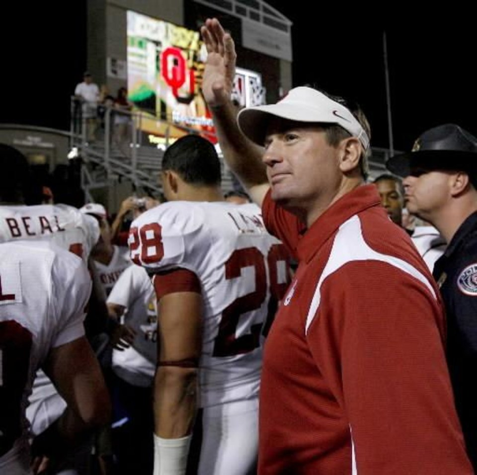 Photo - OU coach Bob Stoops waves to the crowd after the college football game between the University of Oklahoma and Texas A&M University at Kyle Field in College Station, Texas, Saturday, November 8, 2008. BY BRYAN TERRY, THE OKLAHOMAN