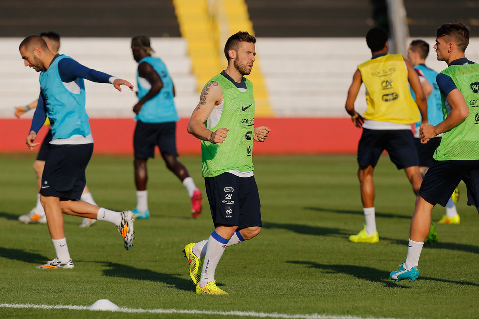 Photo - France's midfielder Yohan Cabaye, green shirt, runs on the field during a training session of the French national soccer team at the Santa Cruz Stadium in Ribeirao Preto, Brazil, Wednesday, June 11, 2014. France will face Ecuador, Switzerland and Honduras in group E of the 2014 Soccer World Cup. (AP Photo/David Vincent)