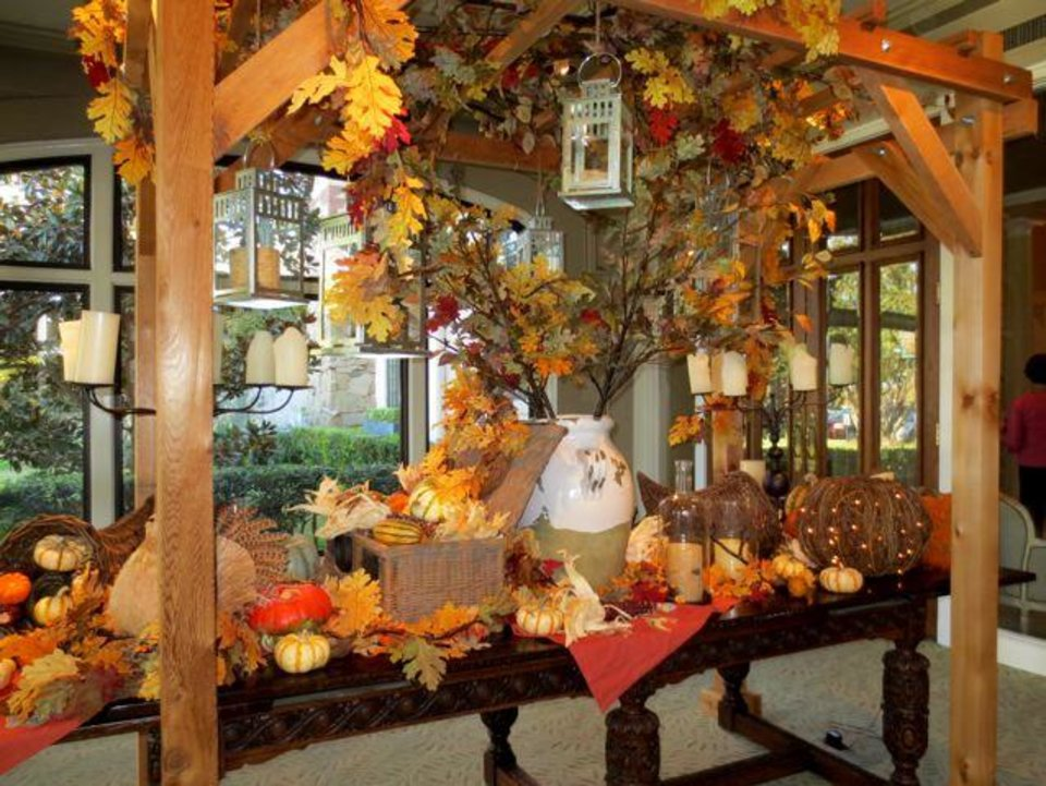 Inside the Oklahoma City Golf & Country Club, one of the entryway tables was decoration for fall. (Photo by Helen Ford Wallace).
