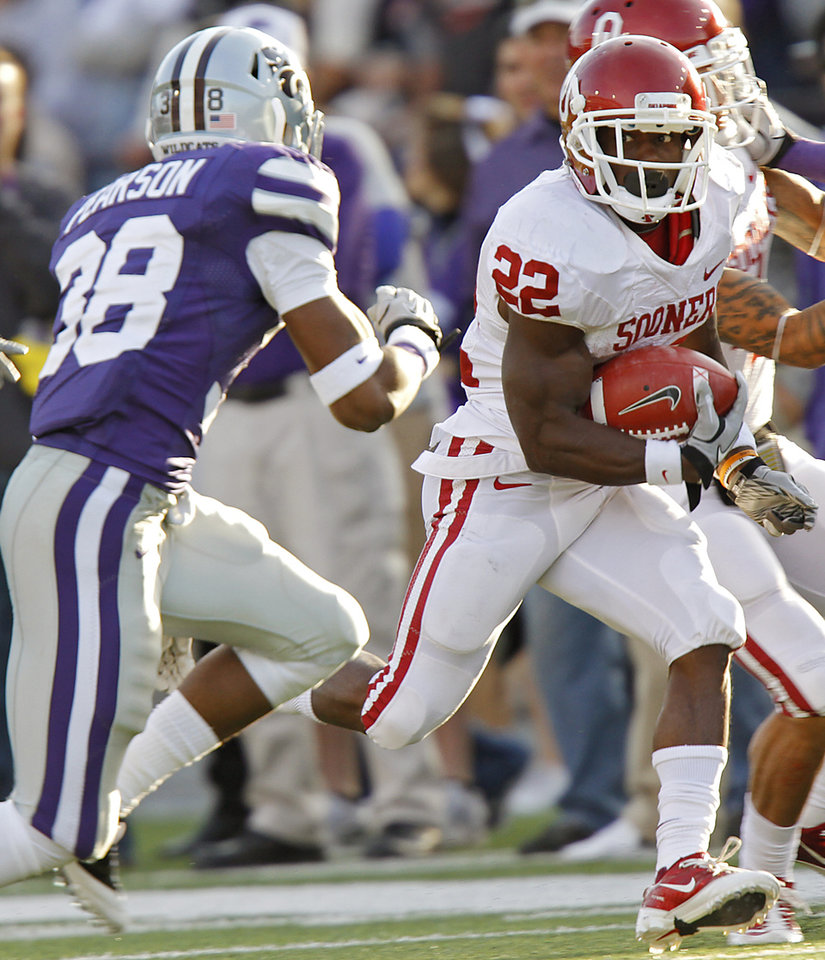 Oklahoma Sooners' Roy Finch (22) runs past Kansas State Wildcats' Matthew Pearson (38) during the college football game between the University of Oklahoma Sooners (OU) and the Kansas State University Wildcats (KSU) at Bill Snyder Family Stadium on Saturday, Oct. 29, 2011. in Manhattan, Kan. Photo by Chris Landsberger, The Oklahoman  ORG XMIT: KOD