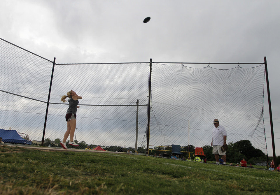 Photo - HIGH SCHOOL TRACK AND FIELD: Marly Barney, of Velma High School, participates in girls discus during a track meet at Carl Albert High School in Midwest City, Friday, May 4, 2012.  Photo by Garett Fisbeck, For The Oklahoman