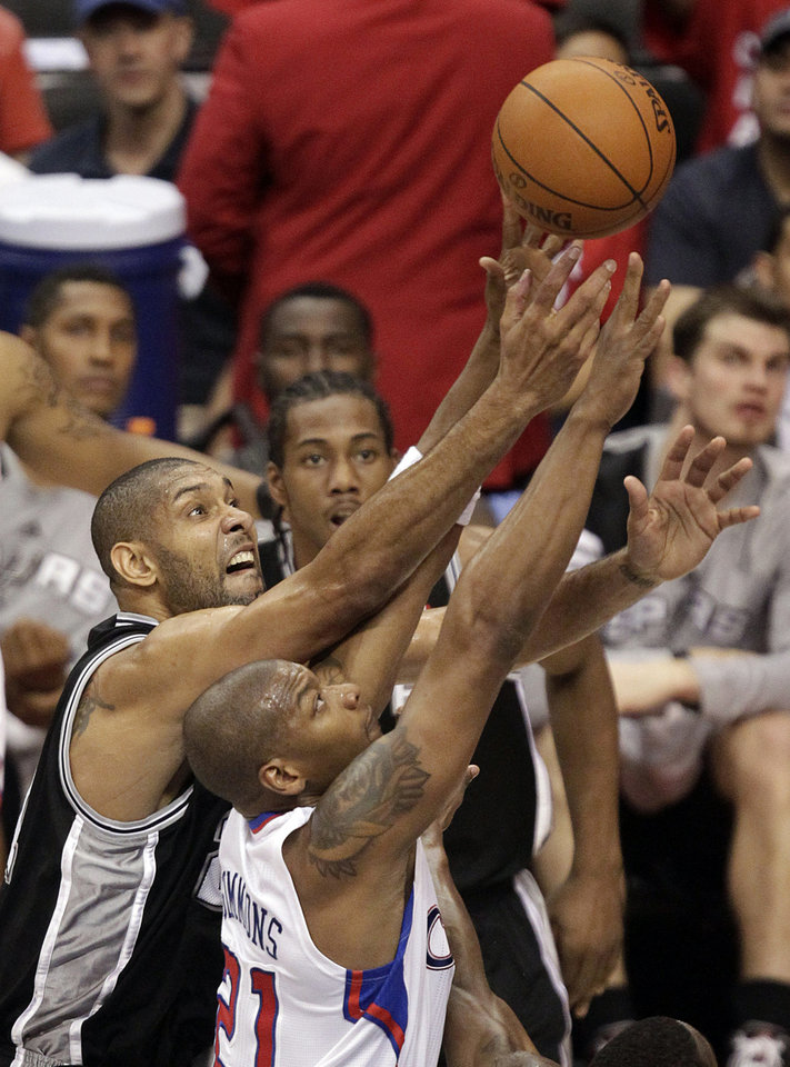 Photo -   San Antonio Spurs' Tim Duncan, left, and Los Angeles Clippers' Bobby Simmons fight for a rebound during the first half in Game 4 of an NBA basketball playoffs Western Conference semifinal game in Los Angeles, Sunday, May 20, 2012. (AP Photo/Jae C. Hong)