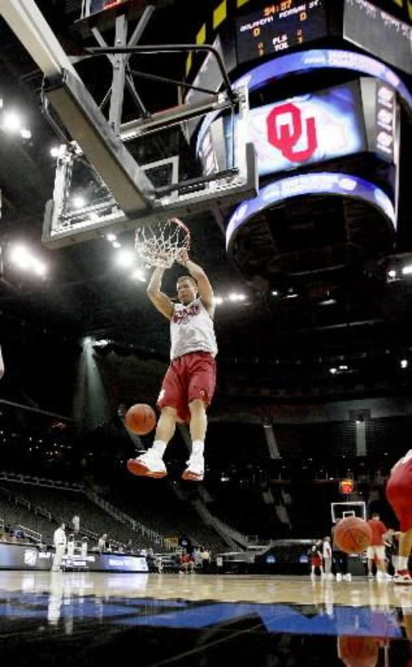Photo - OU's  Blake  Griffin dunks the ball during practice before the first round of the men's NCAA tournament in Kansas City, Mo., Wednesday, March 18, 2009. Oklahoma will play Morgan State on Thursday, March 19, 2009. PHOTO BY BRYAN TERRY
