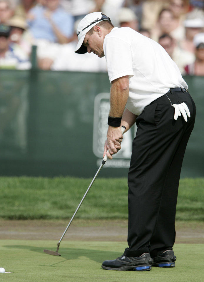 Photo - Scott Verplank sinks a putt on the 18th green for the victory in the Byron Nelson Championship golf tournament in Irving, Texas, Sunday, April 29, 2007. Verplank finished with a tournament total 267, 13-under-par. (AP Photo/Tony Gutierrez) ORG XMIT: TXTG106