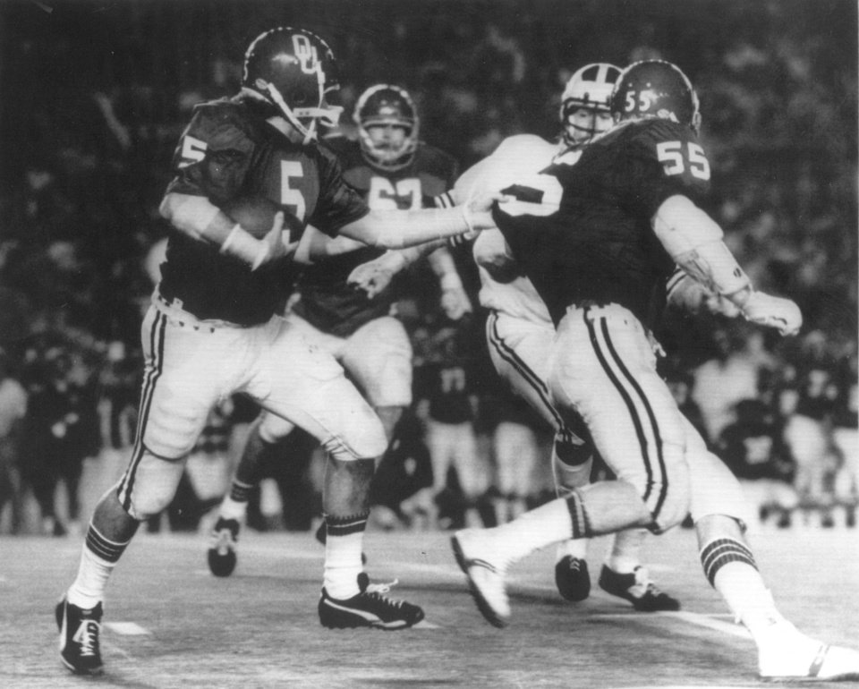 OU FOOTBALL: 1976 ORANGE BOWL- OU\'S STEVE DAVIS RUNS BEHIND #55.