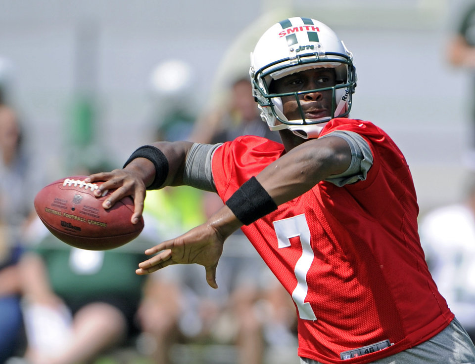 Photo - New York Jets quarterback Geno Smith throws a pass during NFL football practice Wednesday, June 5, 2013, in Florham Park, N.J. (AP Photo/Bill Kostroun)