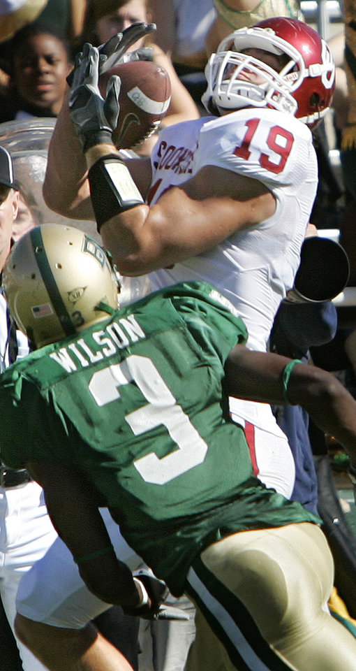 Photo - Oklahoma's Joe Jon Finley (19) makes a reception for a touchdown over Baylor's C.J. Wilson (3) in the first half during the University of Oklahoma Sooners (OU) college football game against Baylor University Bears (BU) at Floyd Casey Stadium, on Saturday, Nov. 18, 2006, in Waco, Texas.     by Chris Landsberger, The Oklahoman