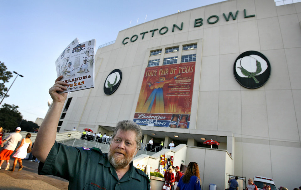 Photo - UNIVERSITY OF OKLAHOMA / OU / COLLEGE FOOTBALL / TEXAS: Larry Lloyd sells programs outside the Cotton Bowl before the college football game between the University of Oklahoma Sooners (OU) and University of Texas Longhorns (UT) in the Red River Rivalry on Saturday, Oct. 11, 2008, at the Cotton Bowl, in Dallas, Tx.   CHRIS LANDSBERGER, THE OKLAHOMAN  ORG XMIT: KOD