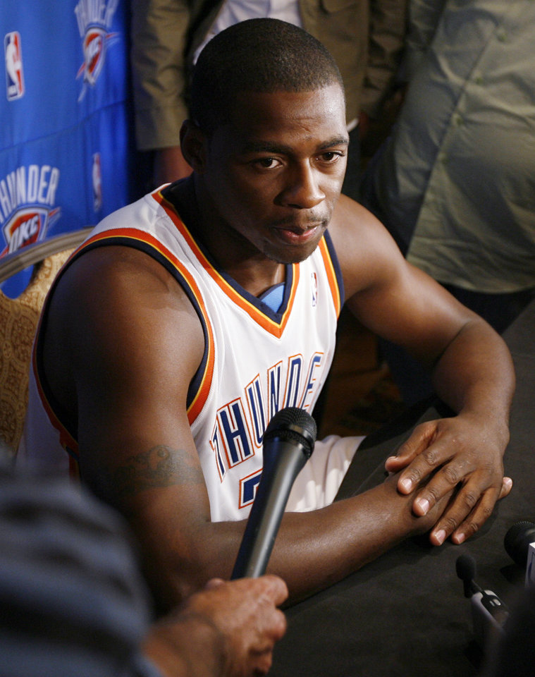 Photo - Desmond Mason talks with reporters during media day for the Oklahoma City Thunder NBA basketball team at the Skirvin Hilton hotel in Oklahoma City, Monday, September 29, 2008. BY NATE BILLINGS, THE OKLAHOMAN. ORG XMIT: KOD
