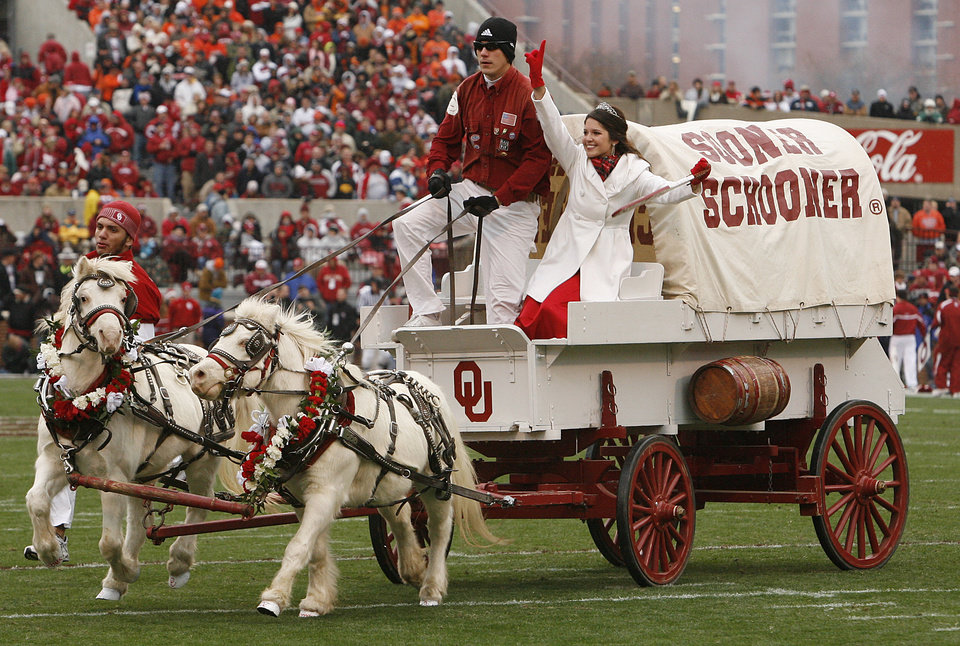 Photo - Boomer and Sooner pulls the Sooner Schooner for their final time during the first half of the college football game between the University of Oklahoma Sooners (OU) and the Oklahoma State University Cowboys (OSU) at the Gaylord Family-Memorial Stadium on Saturday, Nov. 24, 2007, in Norman, Okla. 