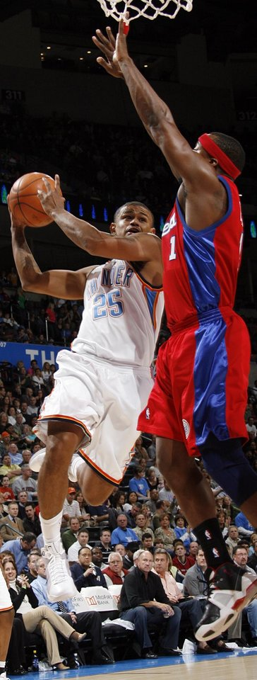 Photo - Earl Watson of the Thunder tries to score past Baron Davis of the Clippers in the first half of the NBA basketball game between the Oklahoma City Thunder and the Los Angeles Clippers at the Ford Center in Oklahoma City, Wednesday, Nov. 19, 2008. BY NATE BILLINGS, THE OKLAHOMAN