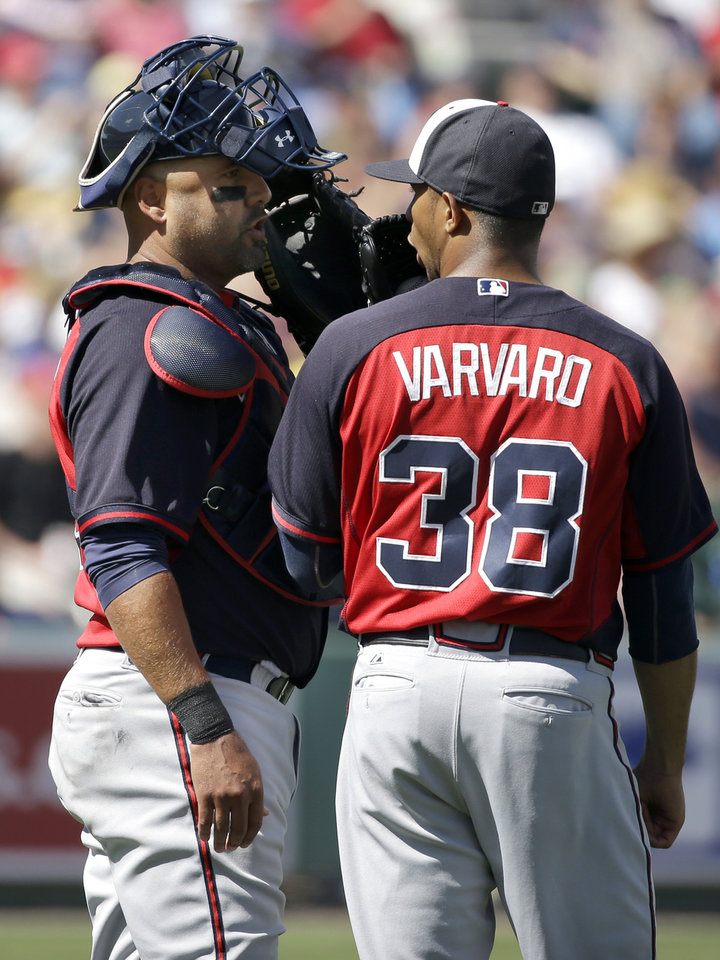 Photo - Atlanta Braves catcher Gerald Laird, left, speaks with pitcher Anthony Varvaro in the fifth inning of a spring exhibition baseball game against the Boston Red Sox, Friday, March 7, 2014, in Fort, Myers, Fla. The Red Sox won 4-1. (AP Photo/Steven Senne)