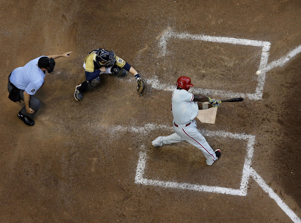 Photo - Philadelphia Phillies' Ryan Howard hits a two-run scoring double during the eighth inning of a baseball game against the Milwaukee Brewers Thursday, July 10, 2014, in Milwaukee. (AP Photo/Morry Gash)