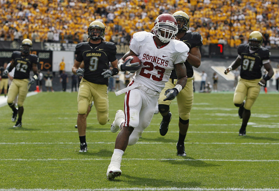 Photo - Oklahoma's Allen Patrick (23) runs the ball into the end zone past the Colorado defense for a touchdown during the first half of the college football game between the University of Oklahoma Sooners (OU) and the University of Colorado Buffaloes (CU) at Folsom Field on Saturday, Sept. 29, 2007, in Boulder, Co.  By Bryan Terry, The Oklahoman   ORG XMIT: KOD