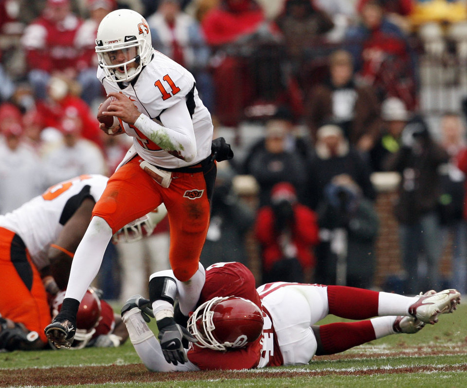 Zac Robinson slips the tackle of Curtis Lofton during the first half of the college football game between the University of Oklahoma Sooners (OU) and the Oklahoma State University Cowboys (OSU) at the Gaylord Family-Memorial Stadium on Saturday, Nov. 24, 2007, in Norman, Okla. 