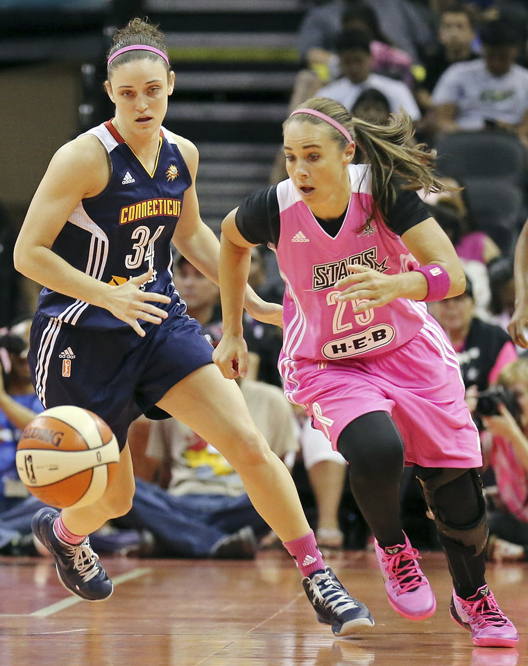 Photo - Connecticut Sun's Kelly Faris and San Antonio Stars' Becky Hammon chase after a loose ball during the first half of a WNBA basketball game, Friday Aug. 1, 2014 at the AT&T Center in San Antonio. (AP Photo/The San Antonio Express-News, Edward A. Ornelas)  RUMBO DE SAN ANTONIO OUT; NO SALES