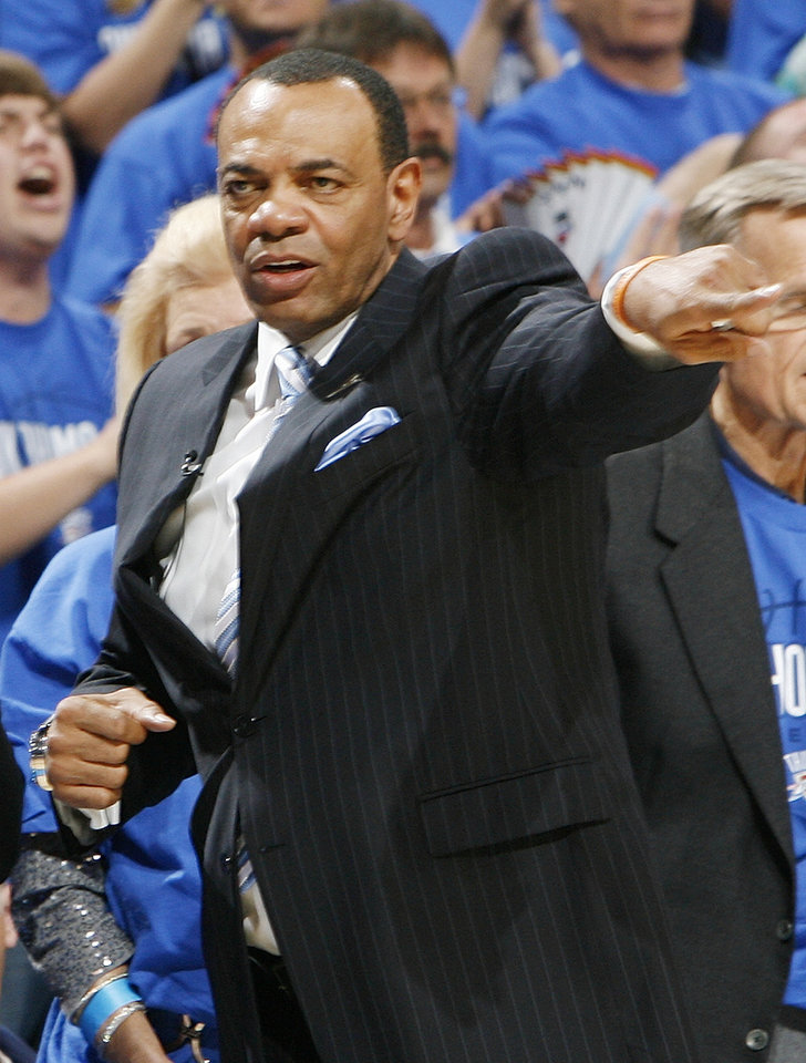 Photo - Memphis head coach Lionel Hollins gives instructions to his team in the second half during game one of the Western Conference semifinals between the Memphis Grizzlies and the Oklahoma City Thunder in the NBA basketball playoffs at Oklahoma City Arena in Oklahoma City, Sunday, May 1, 2011. Memphis won, 114-101. Photo by Nate Billings, The Oklahoman
