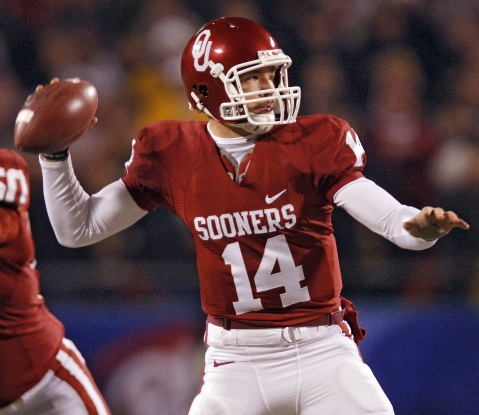 Photo - THROW / PASS: Oklahoma's Sam Bradford (14) throws the ball during the first half of the Big 12 Championship college football game between the University of Oklahoma Sooners (OU) and the University of Missouri Tigers (MU) on Saturday, Dec. 6, 2008, at Arrowhead Stadium in Kansas City, Mo.   PHOTO BY CHRIS LANDSBERGER/THE OKLAHOMAN  ORG XMIT: KOD