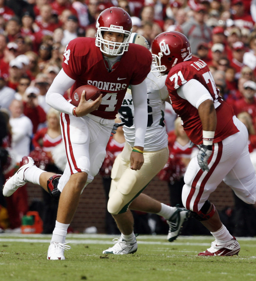 Photo - Quarterback Sam Bradford scrambles during the first half of the college football game between The University of Oklahoma Sooners (OU) and the Baylor Bears at the Gaylord Family -- Oklahoma Memorial Stadium on Saturday, Oct. 10, 2009, in Norman, Okla.   Photo by Steve Sisney, The Oklahoman. ORG XMIT: KOD