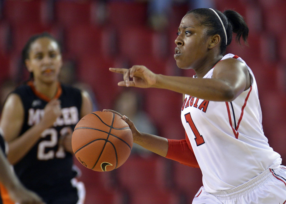 Georgia guard Khaalidah Miller (1) looks for an open teammate during the second half of an NCAA college basketball game against Mercer, Tuesday, Dec. 4, 2012, in Athens, Ga. Georgia won 80-38. (AP Photo/Richard Hamm)
