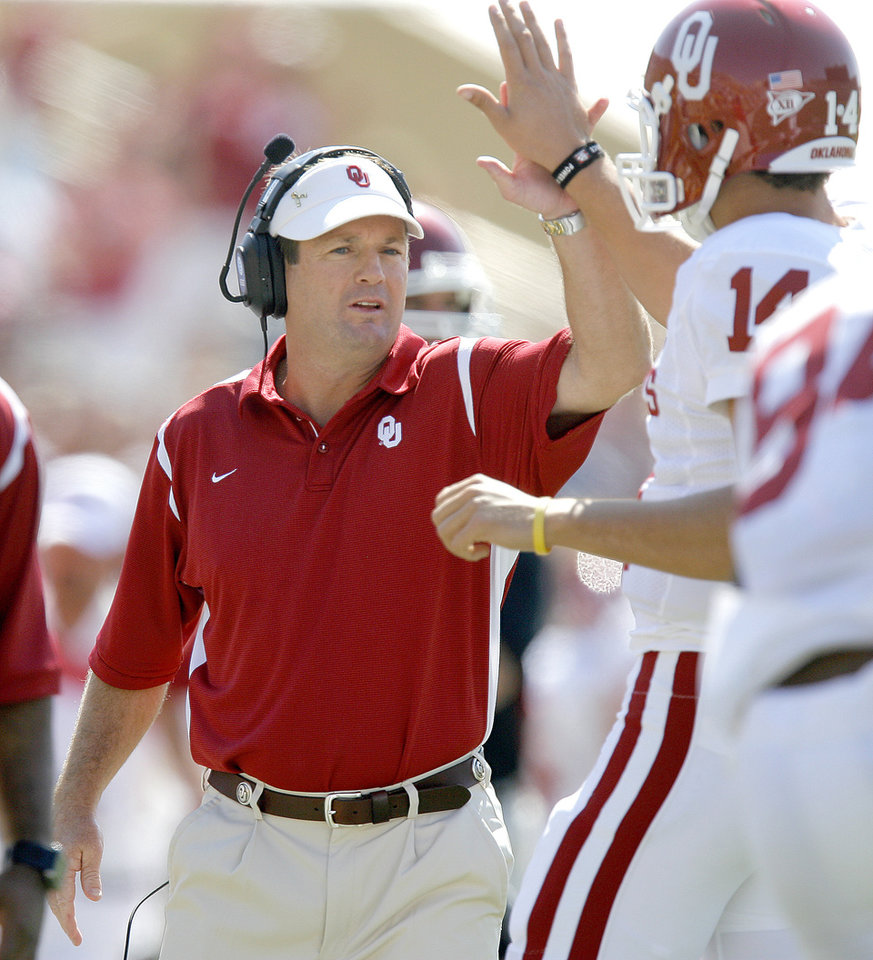 OU coach Bob Stoops celebrates with Sam Bradford after a touchdown in the first half of the college football game between Oklahoma (OU) and Baylor University at Floyd Casey Stadium in Waco, Texas, Saturday, October 4, 2008.   BY BRYAN TERRY, THE OKLAHOMAN