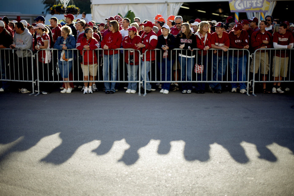 Photo - OU fans wait for the team to arrive before the Red River Rivalry college football game between the University of Oklahoma Sooners (OU) and the University of Texas Longhorns (UT) at the Cotton Bowl in Dallas, Texas, Saturday, Oct. 17, 2009. Photo by Bryan Terry, The Oklahoman