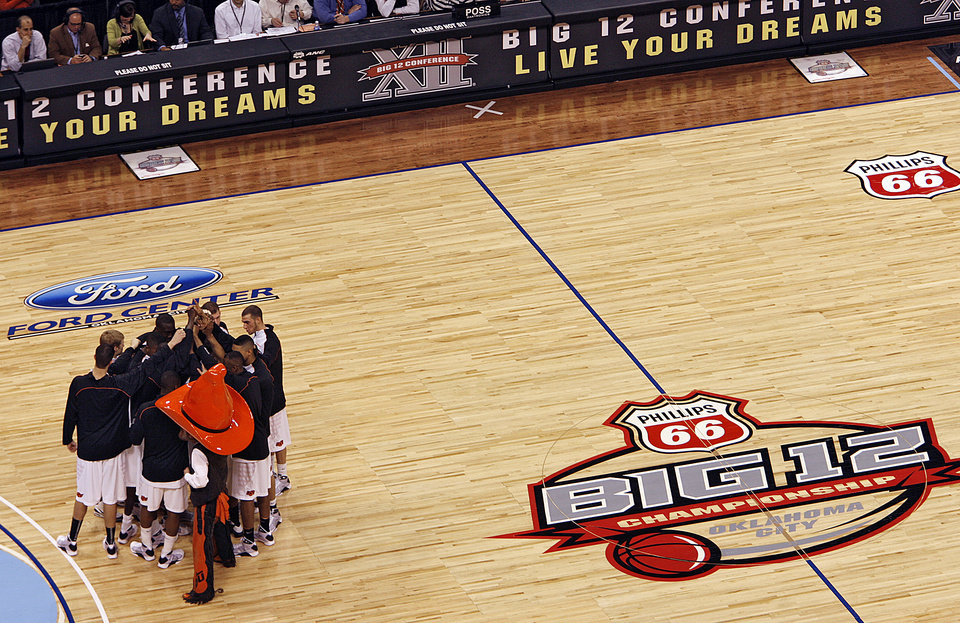 BIG 12 TOURNAMENT / COLLEGE BASKETBALL: OSU huddles up before the start of the first round game of the Big 12 Men\'s Basketball Championships between Oklahoma State University and Iowa State University at the Ford Center on Wednesday, March 11, 2009, in Oklahoma City, Okla. PHOTO BY CHRIS LANDSBERGER, THE OKLAHOMAN ORG XMIT: KOD