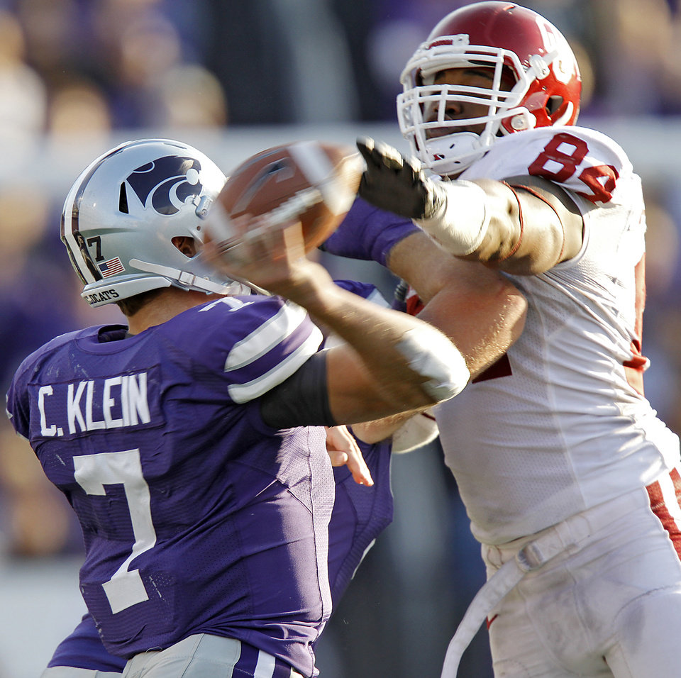 Photo - Oklahoma Sooners' Frank Alexander (84) tries to block a pass by Kansas State Wildcats' Collin Klein (7) during the college football game between the University of Oklahoma Sooners (OU) and the Kansas State University Wildcats (KSU) at Bill Snyder Family Stadium on Saturday, Oct. 29, 2011. in Manhattan, Kan. Photo by Chris Landsberger, The Oklahoman  ORG XMIT: KOD