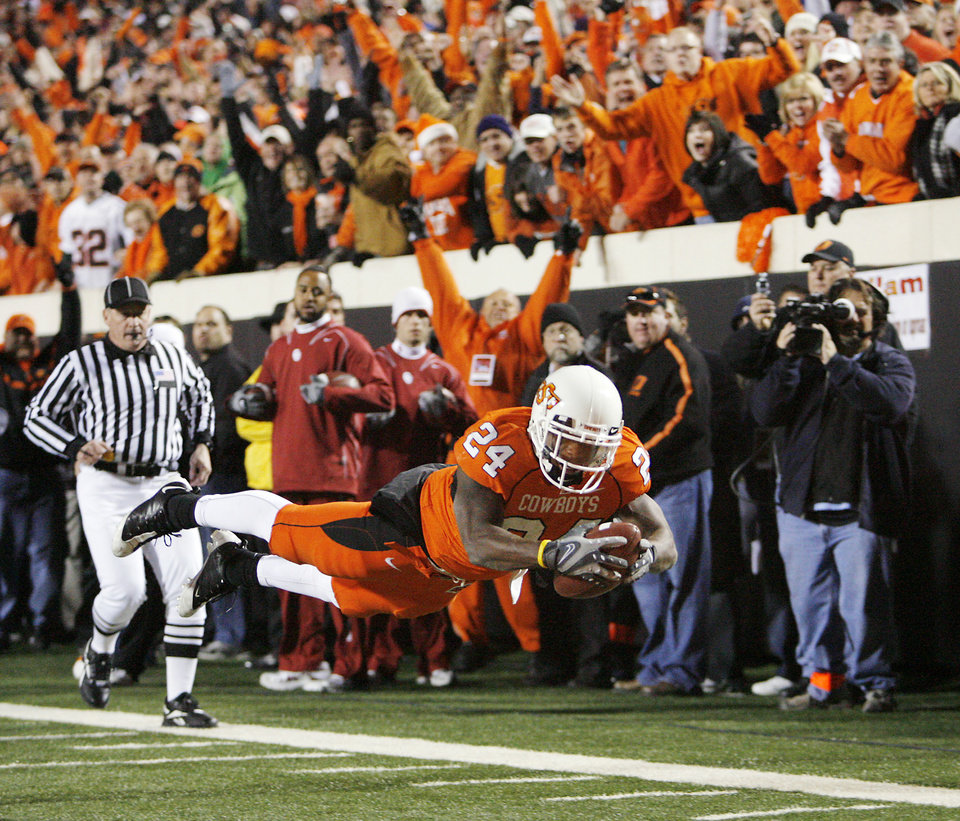 Oklahoma's Kendall Hunter (24) dives for a touchdown during the first half of the college football game between the University of Oklahoma Sooners (OU) and Oklahoma State University Cowboys (OSU) at Boone Pickens Stadium on Saturday, Nov. 29, 2008, in Stillwater, Okla. STAFF PHOTO BY CHRIS LANDSBERGER
