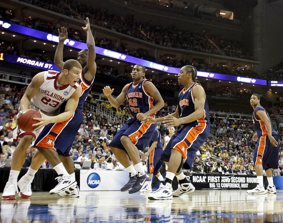 Photo - OU's Blake Griffin looks for room under the basket during a first round game of the men's NCAA tournament between Oklahoma and Morgan State in Kansas City, Mo., Thursday, March 19, 2009.  PHOTO BY BRYAN TERRY, THE OKLAHOMAN