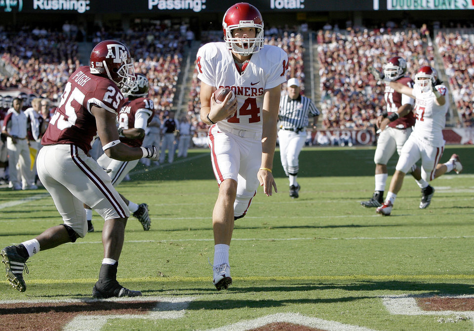 Photo - OU's Sam Bradford runs past Texas A&M's Jordan Pugh for a touchdown during the college football game between the University of Oklahoma and Texas A&M University at Kyle in College Station, Texas, Saturday, November 8, 2008.  BY BRYAN TERRY, THE OKLAHOMAN