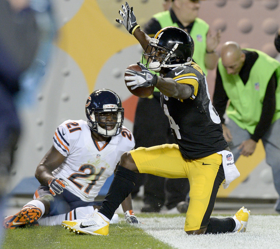 Photo - Pittsburgh Steelers wide receiver Antonio Brown (84) celebrates after making a touchdown catch in front of Chicago Bears strong safety Major Wright (21) in the second quarter of an NFL football game on Sunday, Sept. 22, 2013, in Pittsburgh. (AP Photo/Don Wright)
