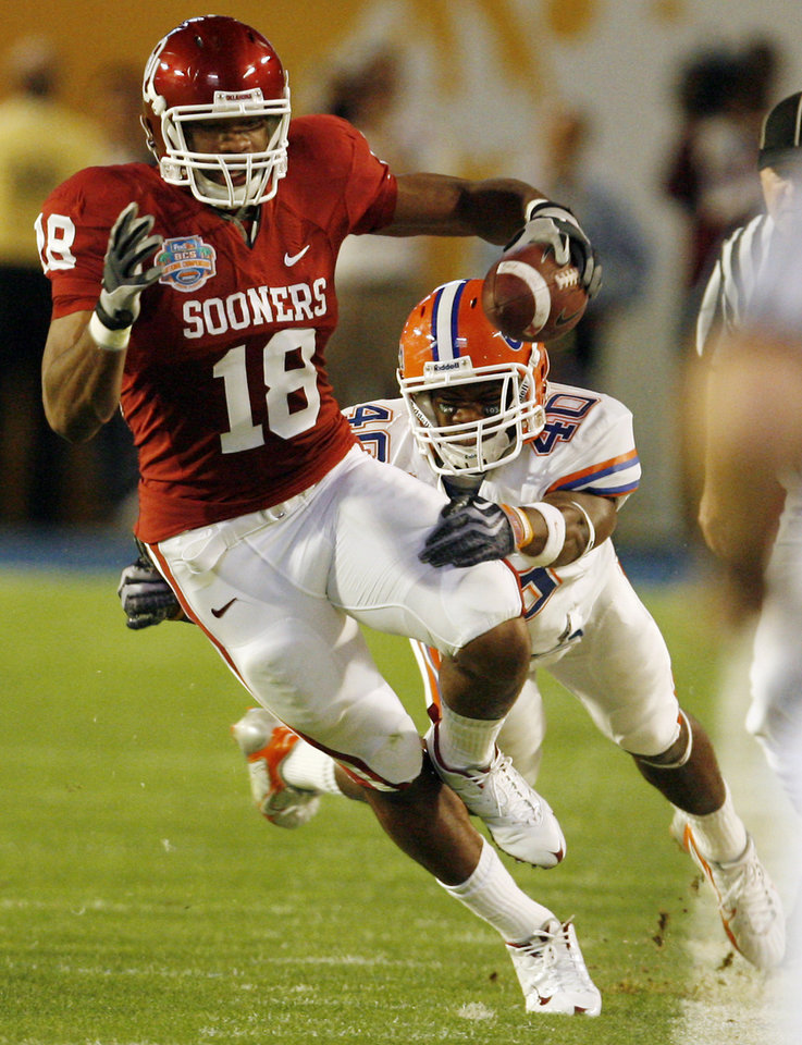 Photo - Oklahoma's Jermaine Gresham (18) goes down the sideline past Florida's Brandon Hicks (40) before the BCS National Championship college football game between the University of Oklahoma Sooners (OU) and the University of Florida Gators (UF) on Thursday, Jan. 8, 2009, at Dolphin Stadium in Miami Gardens, Fla. 