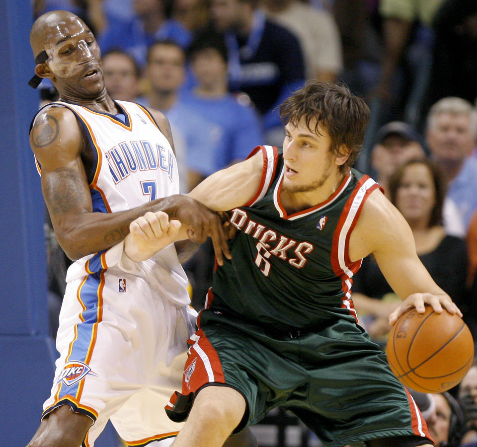 Photo - OKLAHOMA CITY THUNDER / NBA BASKETBALL TEAM / REGULAR SEASON FIRST GAME / OPENING NIGHT: Joe Smith of Oklahoma City defends Andrew Bogut of Milwaukee during the opening NBA basketball game between the Oklahoma City Thunder and the Milwaukee Bucks at the Ford Center in Oklahoma City, Wednesday, October 29, 2008.  BY BRYAN TERRY, THE OKLAHOMAN   ORG XMIT: KOD