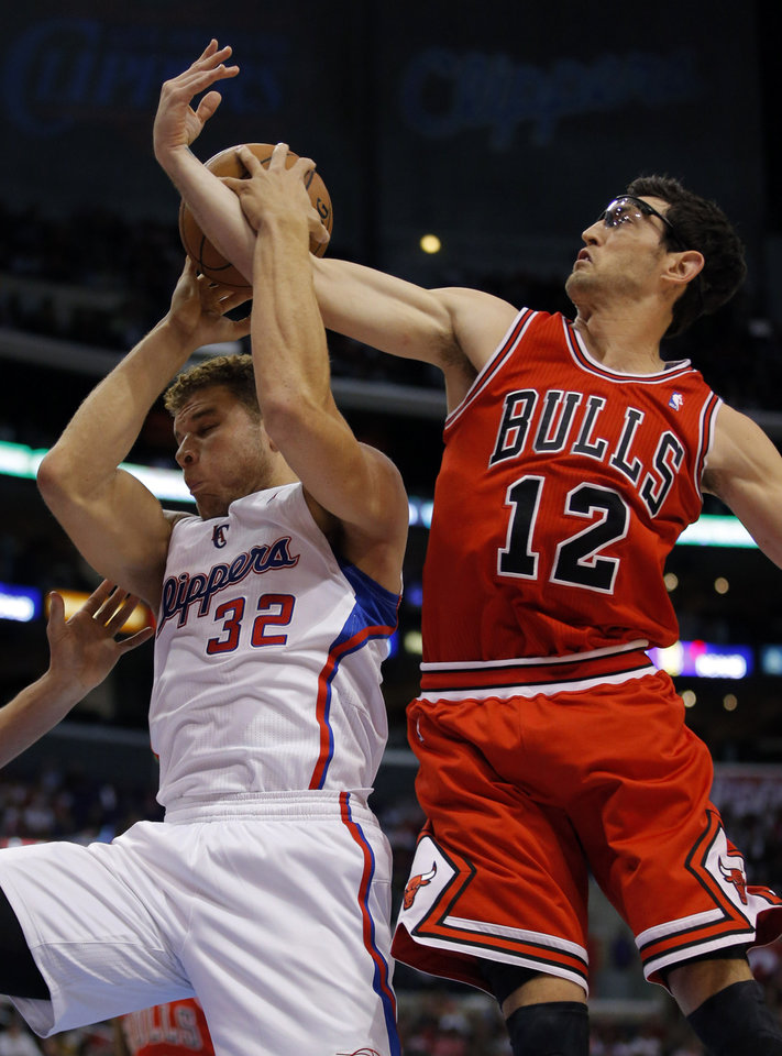 Photo -   Los Angeles Clippers' Blake Griffin, left, gets a rebound against Chicago Bulls' Kirk Hinrich in the first half of an NBA basketball game in Los Angeles, Saturday, Nov. 17, 2012. (AP Photo/Jae C. Hong)
