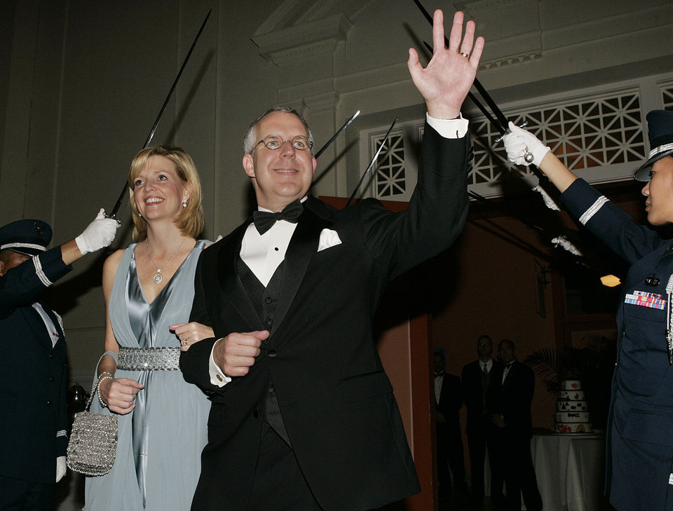 Photo - Gov. Brad Henry waves as he and his wife, Kim, enter the Oklahoma Centennial Statehood Inaugural Ball, Saturday, Nov. 17, 2007, at the Guthrie Scottish Rite Masonic Center, in Guthrie, Okla. By Bill Waugh, The Oklahoman