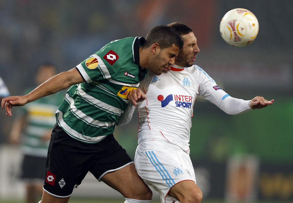 Photo -   Moenchengladbach's Tony Jantschke, left, and Marseille's Morgan Amalfitano challenge for the ball during the Europa League Group C soccer match between Borussia Moenchengladbach and Olympique de Marseille in Moenchengladbach, Germany Thursday, Oct. 25, 2012 . (AP Photo/Frank Augstein)