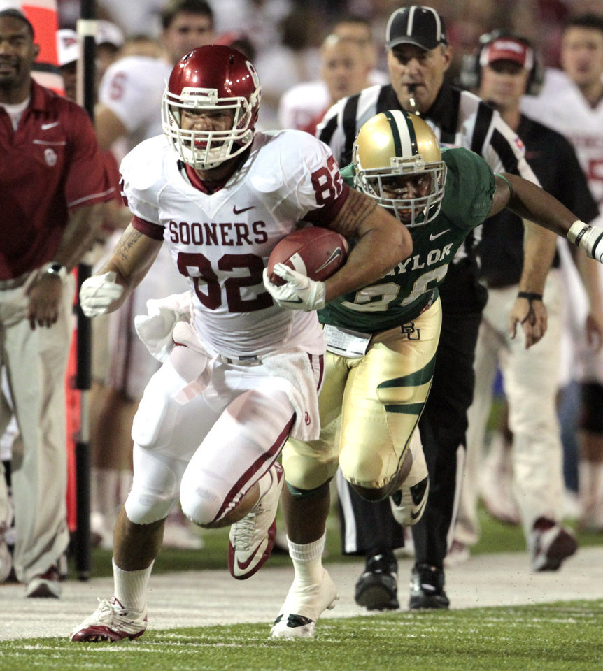 Oklahoma\'s James Hanna (82) runs out of bounds after a catch during the college football game between the University of Oklahoma Sooners (OU) and the Baylor Bears (BU) at Floyd Casey Stadium on Saturday, Nov. 19, 2011, in Waco, Texas. Photo by Steve Sisney, The Oklahoman