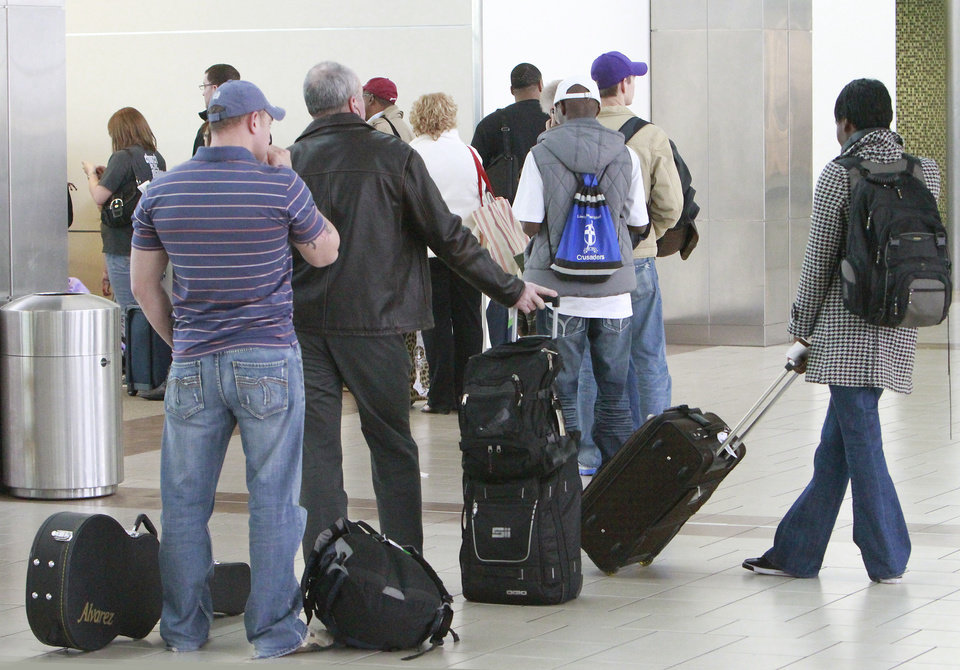 CHRISTMAS / TRAVEL: Holiday travelers at Will Rogers World Airport December 19 , 2011.  Photo by David McDaniel, The Oklahoman  ORG XMIT: KOD