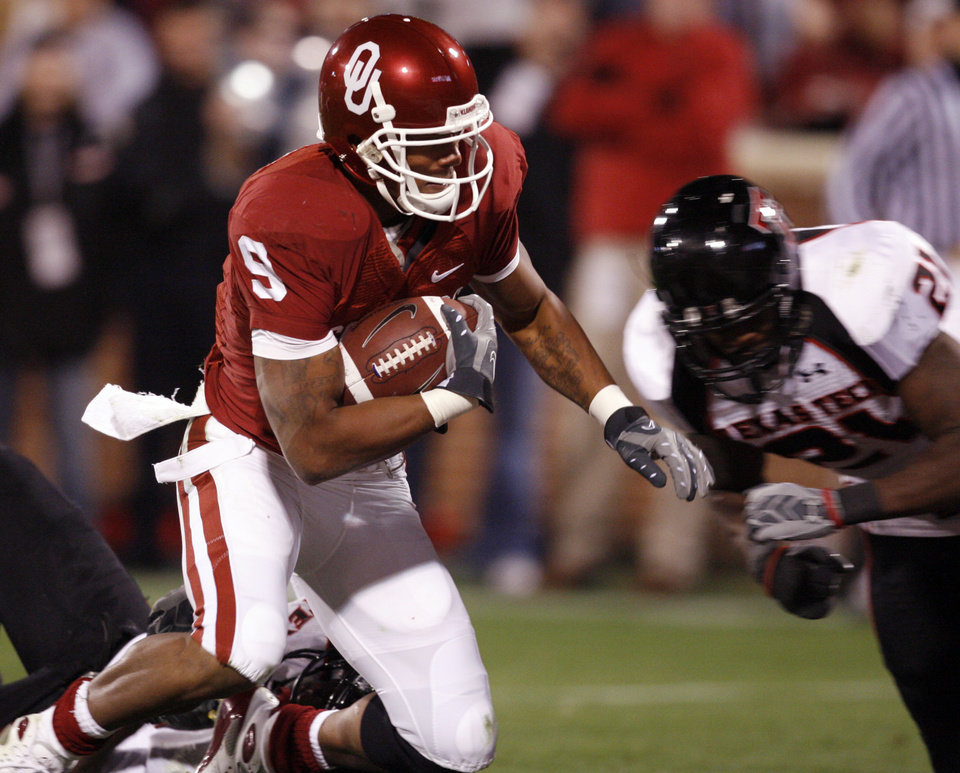Photo - OU's Juaguin Iglesias scores during the first half of the college football game between the University of Oklahoma Sooners and Texas Tech University at the Gaylord Family -- Oklahoma Memorial Stadium on Saturday, Nov. 22, 2008, in Norman, Okla.   BY STEVE SISNEY, THE OKLAHOMAN