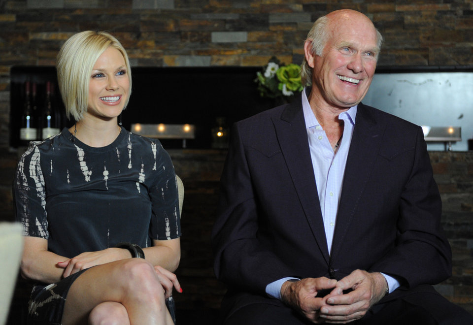 Photo -   Rachel Bradshaw, daughter of former Pittsburgh Steelers quarterback Terry Bradshaw, right, is signing a record deal with Bigger Picture Group on Wednesday, April 4, 2012, in Nashville, Tenn. (AP Photo/Joe Howell)