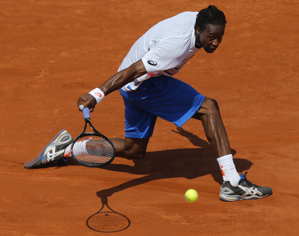 Photo - France's Gael Monfils returns the ball to Italy's Fabio Fognini during their third round match of  the French Open tennis tournament at the Roland Garros stadium, in Paris, France, Saturday, May 31, 2014. (AP Photo/David Vincent)