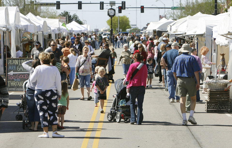 Hundreds of art enthusiasts fill the downtown area during the first day of the Downtown Edmond Arts Festival in Edmond, OK, Friday, May 2, 2008. BY PAUL HELLSTERN, THE OKLAHOMAN